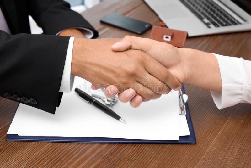 Kobiety chwiania ręki z agentem nieruchomości obrazy stock