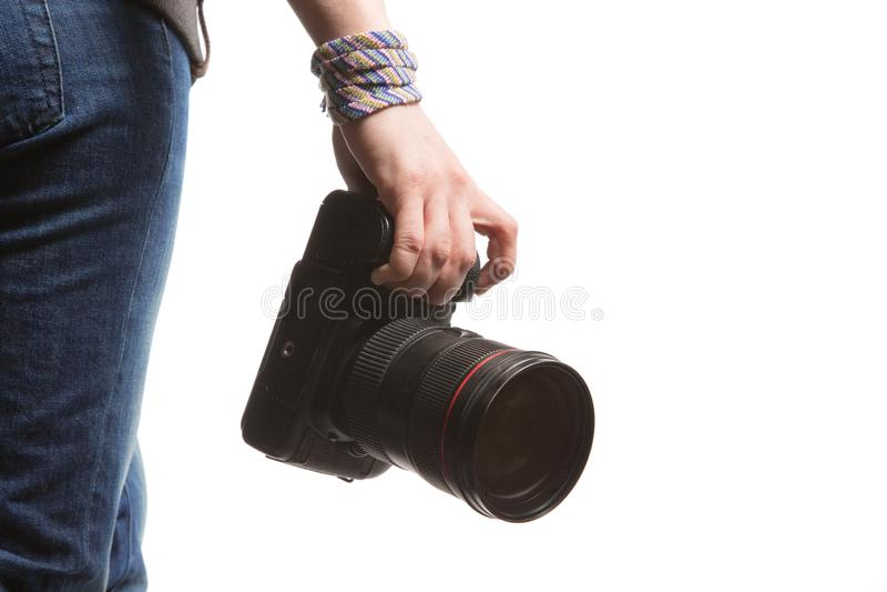 Kobiety chwyty w ona ręka DSLR kamera pojedynczy białe tło fotografia stock