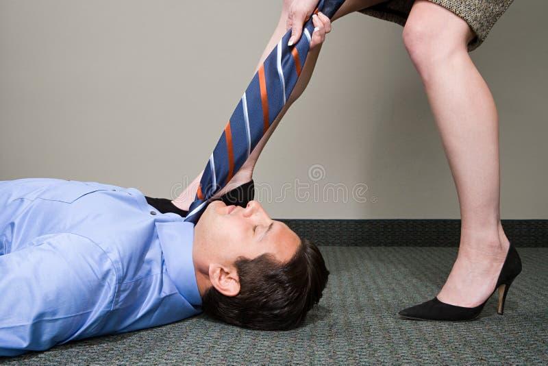 Kobiety ciągnięcia kierownika krawat zdjęcia royalty free