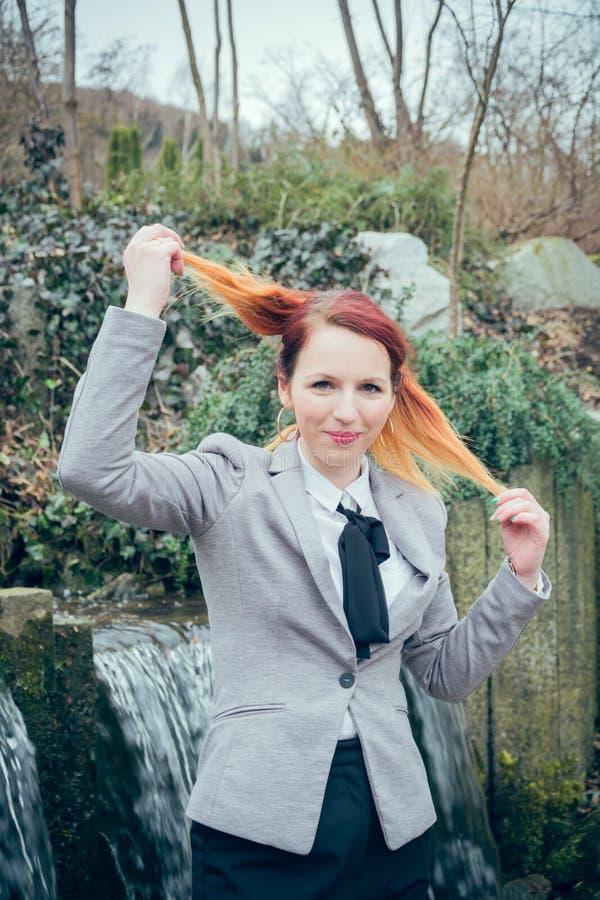 Kobiety ciągnięcie na włosy fotografia stock