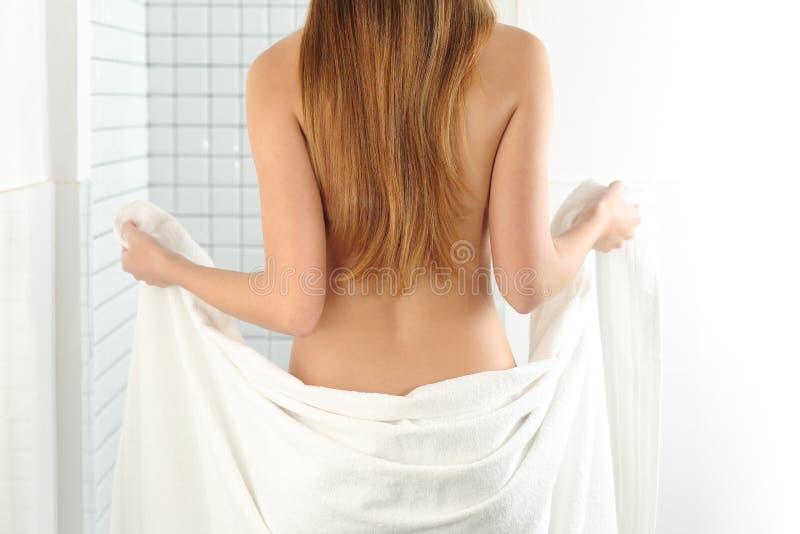 Kobiety ciało wchodzić do w prysznic obraz stock