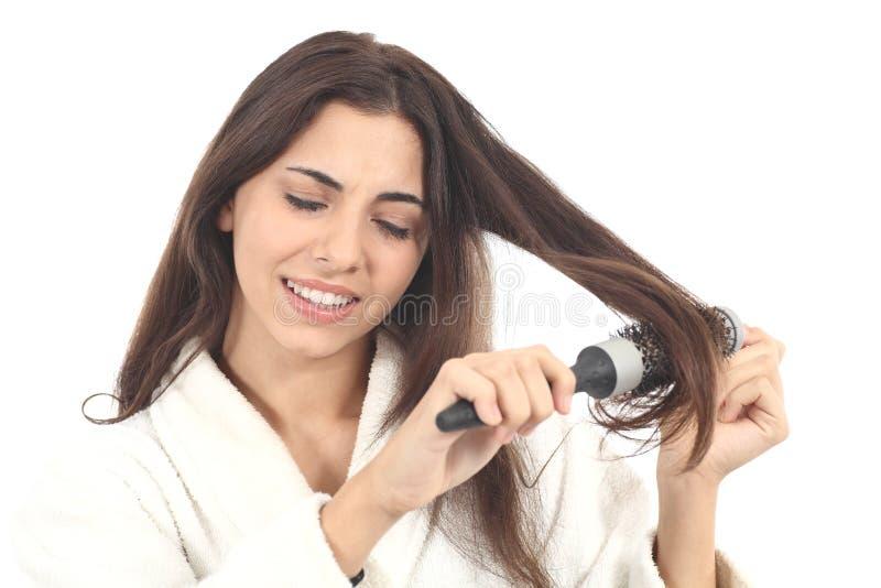 Kobiety cierpienia czesanie z hairbrush zdjęcia royalty free