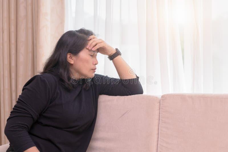 Kobiety cierpienia migreny obsiadanie na kanapie obrazy royalty free
