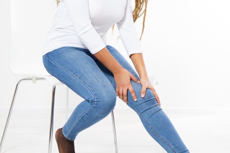 Kobiety cierpienie od bólu w nodze w domu, w średnim wieku kobieta problem zdrowotny obraz stock