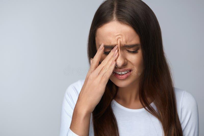 Kobiety cierpienie Od Silnego bólu, Mieć migrenę, Dotyka twarz fotografia royalty free