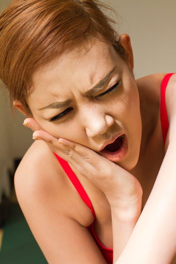 Kobiety cierpienie od szczęka bólu, toothache, ząb wrażliwość zdjęcie royalty free