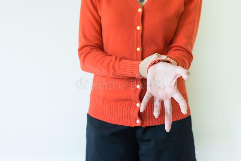 Kobiety cierpienie z Parkinson choroby objawami na białym tle obraz stock