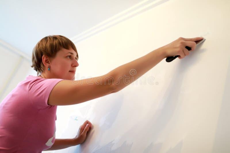 Kobiety cleaning ściana zdjęcia stock