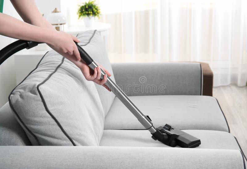 Kobiety cleaning leżanka z próżniowym cleaner zdjęcie royalty free
