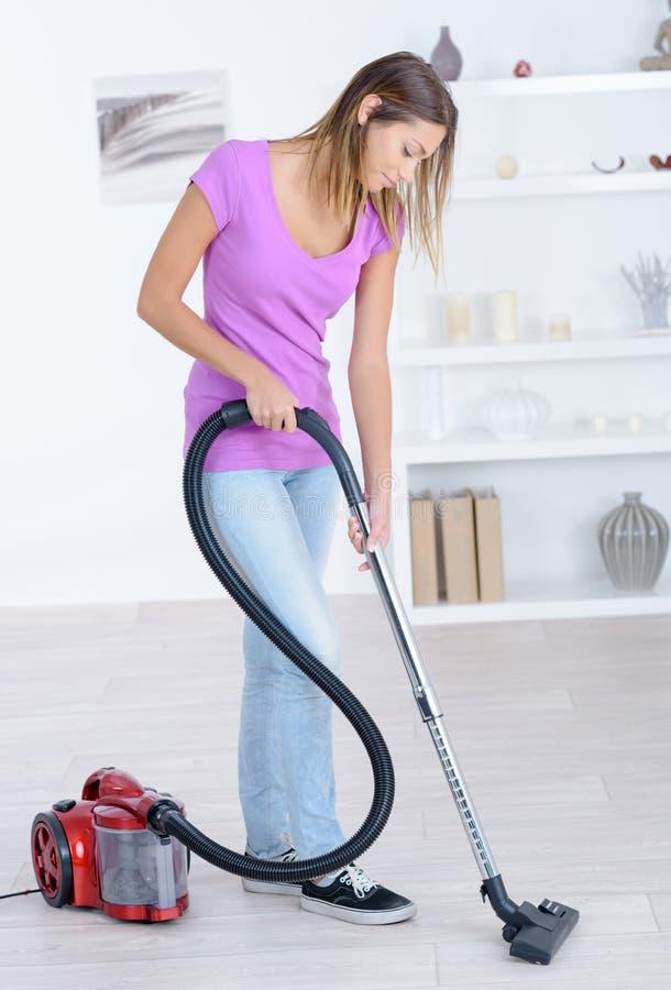 Kobiety cleaning próżniowy brud na podłoga obrazy royalty free
