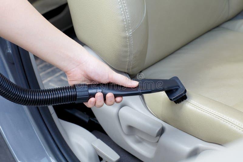 Kobiety cleaning samochód z próżniowym cleaner zdjęcie royalty free