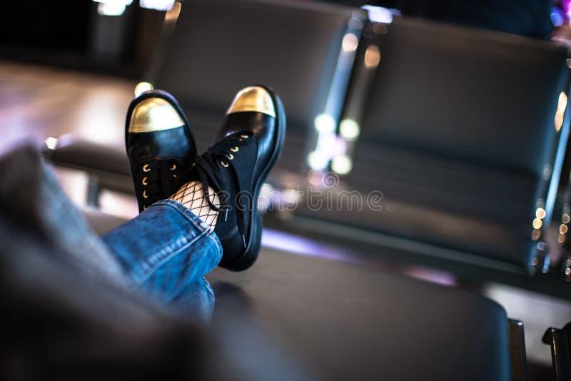 Kobiety czekania abordaż na samolocie w lotniskowym holu fotografia stock