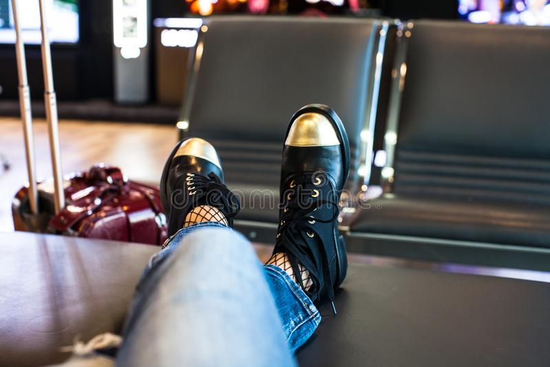 Kobiety czekania abordaż na samolocie w lotnisku zdjęcie royalty free