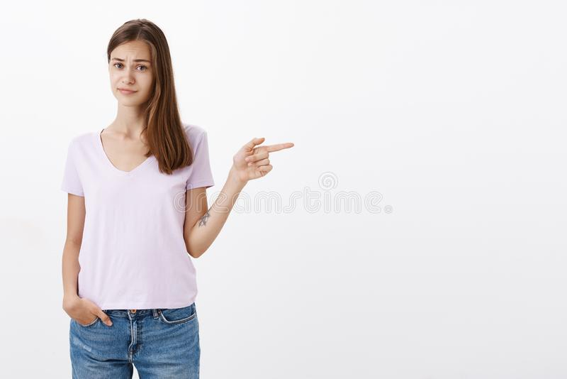 Kobiety czuć wątpliwy i niepewny o miejsce przyjacielu chce wizytę Niepewna nierada atrakcyjna i mądrze kobieta obrazy stock