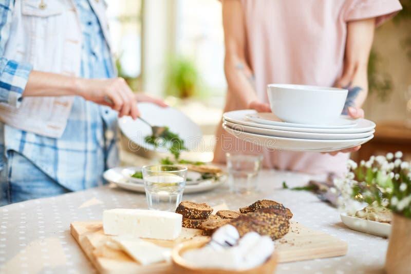 Kobiety czyści naczynia od stołu zdjęcie stock