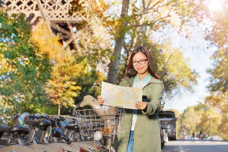Kobiety czytania mapy jazda przez Paryż obrazy royalty free