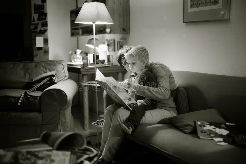 Kobiety czytanie z dzieckiem