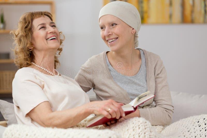 Kobiety czytelnicza książka pacjent zdjęcie stock
