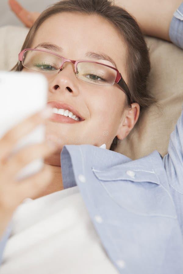 Kobiety czytelnicza wiadomość tekstowa na telefonie komórkowym fotografia stock