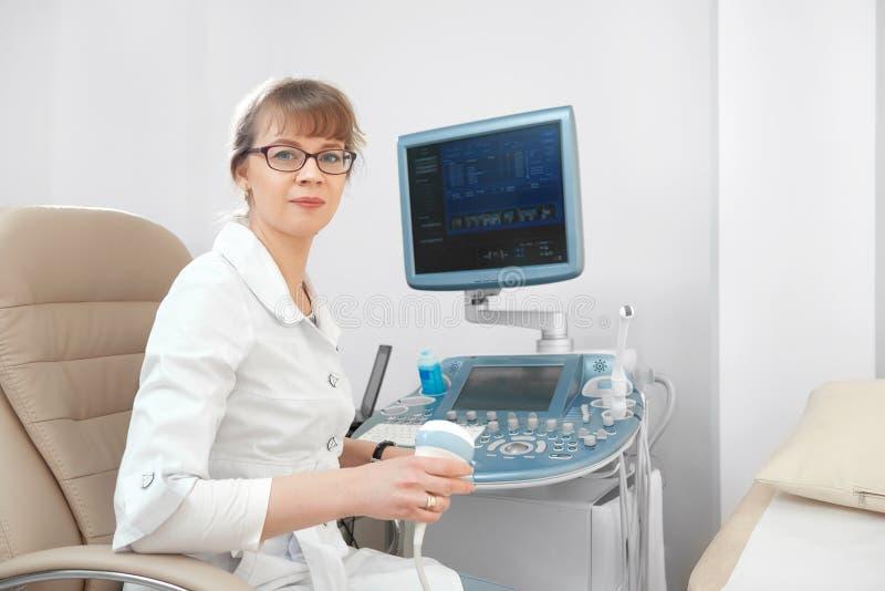 Kobiety doktorski działanie przy szpitalem zdjęcie stock
