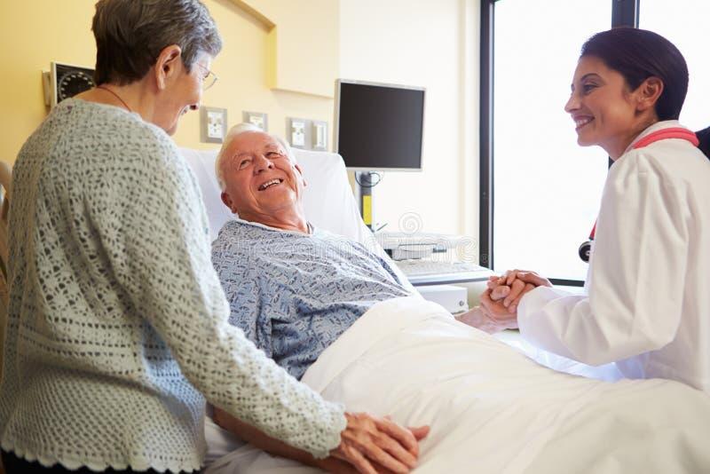 Kobiety Doktorski Opowiadać Starsza para W sala szpitalnej zdjęcie royalty free