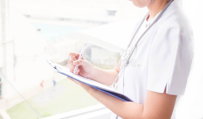 Kobiety doktorski plombowanie w górę medycznej formy na schowku Opieka zdrowotna, medyczny pojęcie zdjęcie royalty free