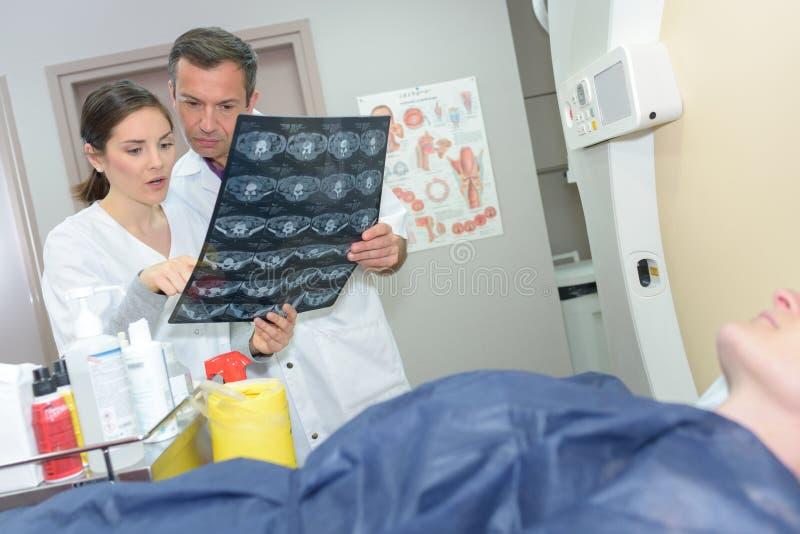 Kobiety doktorski sprawdza xray obraz royalty free