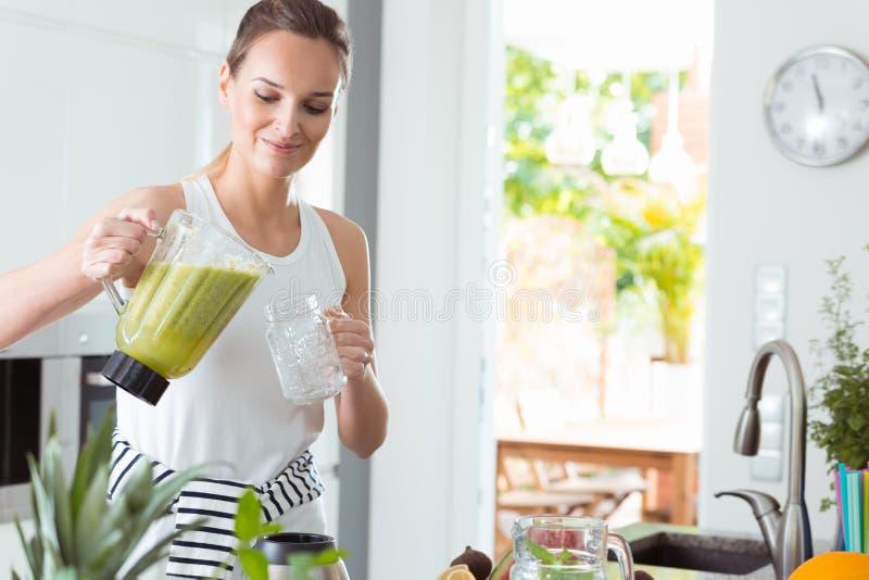 Kobiety dolewania koktajl w słój zdjęcia stock