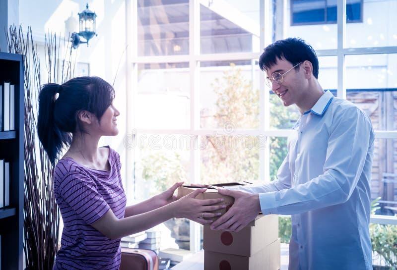 Kobiety domowy właściciel biznesu obchodzi się pakunek klient zdjęcia royalty free