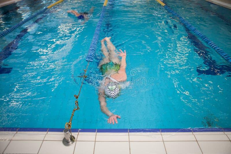 Kobiety dopłynięcie W basenie Podczas rywalizacji zdjęcia royalty free