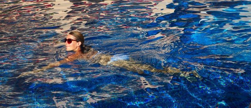 Kobiety dopłynięcie w basenie fotografia stock