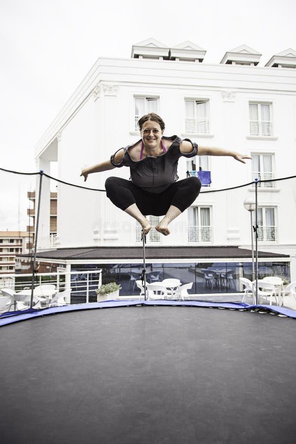 Kobiety doskakiwanie na trampoline fotografia royalty free