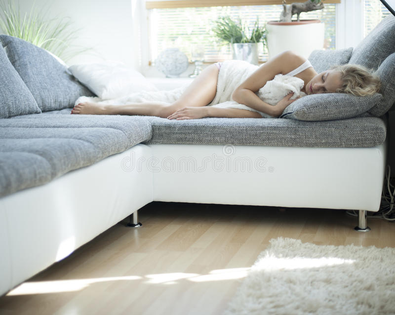 Kobiety dosypianie na kanapie w domu zdjęcia royalty free