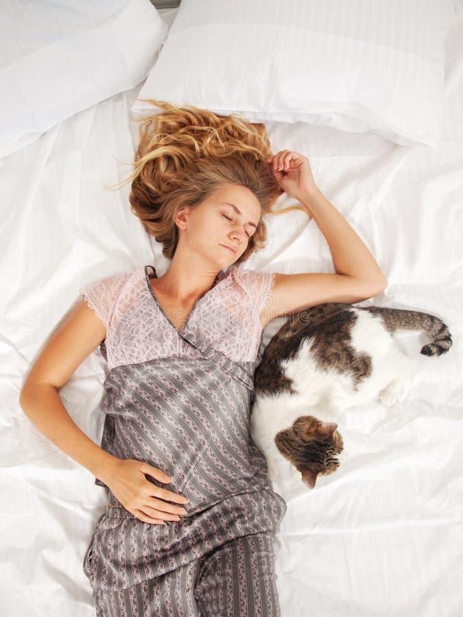 Kobiety dosypianie w łóżku przy rankiem zdjęcie stock