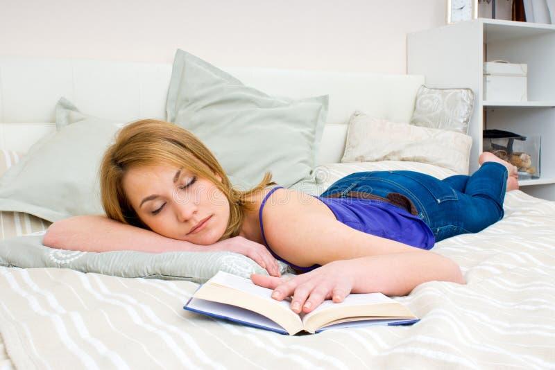 Kobiety dosypianie z książką obraz stock