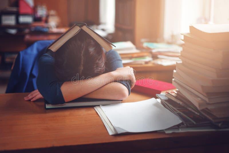 Kobiety dosypianie z książką na jej głowie obraz royalty free