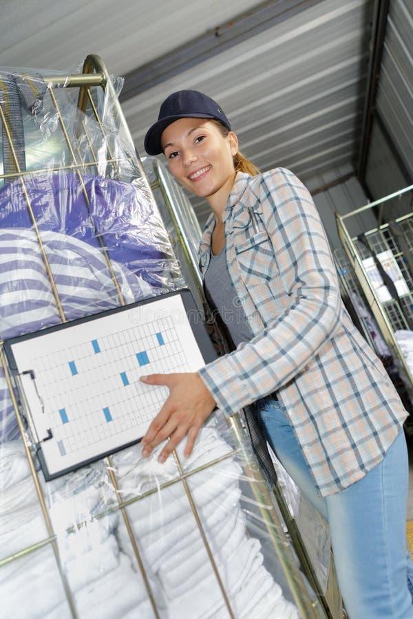 Kobiety dotaczania tramwaju czysta pralnia zdjęcia royalty free