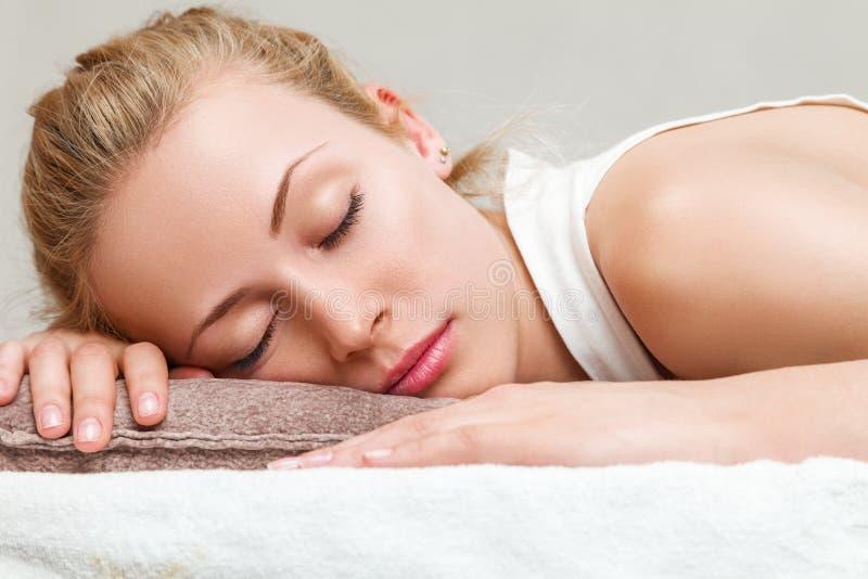 Kobiety drzemanie w sypialni zdjęcie stock