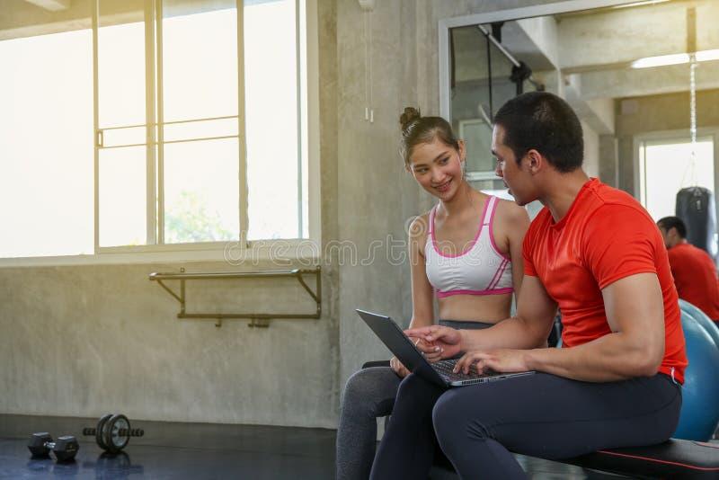Kobiety dyskutują sprawność fizyczną z trenerami Młody kobiety opowiadać fotografia royalty free