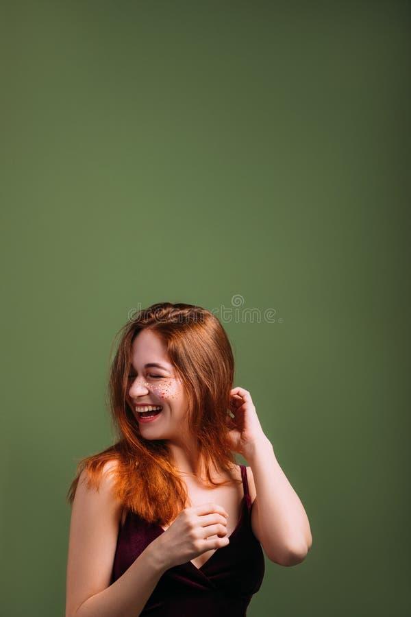 Kobiety emocji zabawy radość śmia się oczy zamykających obrazy stock