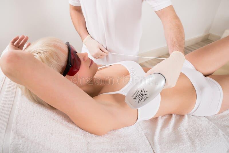Kobiety epilaci Odbiorczy Laserowy traktowanie W zdroju fotografia royalty free