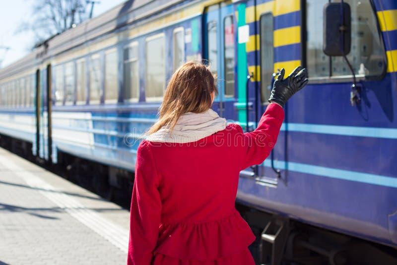 Kobiety falowania ręka na platformie obrazy royalty free