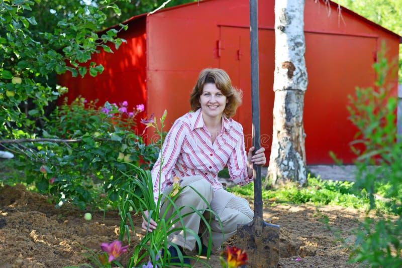 Download Kobiety Flancowanie Kwitnie W Ogródzie Zdjęcie Stock - Obraz złożonej z pozytyw, jeden: 57657280
