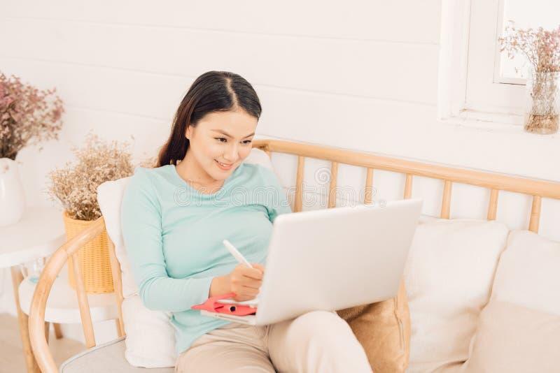 Kobiety freelancer kobiety r?ki z pi?ra writing na notatniku lub biurze w domu fotografia royalty free