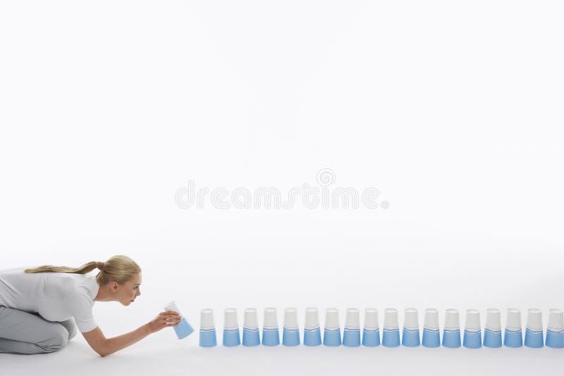 Kobiety futrówki Plastikowe filiżanki Na podłoga zdjęcia stock