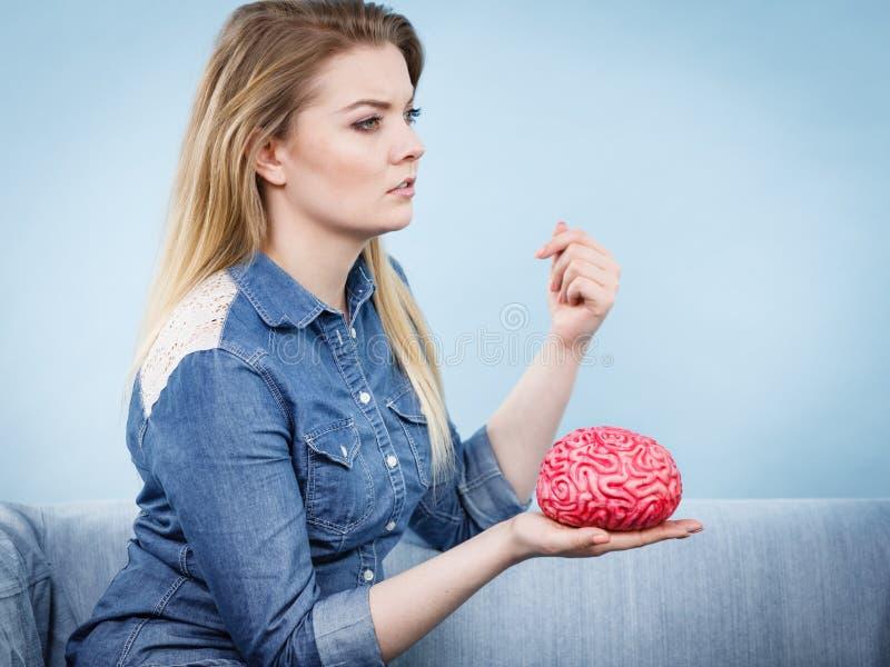 Kobiety główkowanie i mienie sfałszowany mózg zdjęcie royalty free
