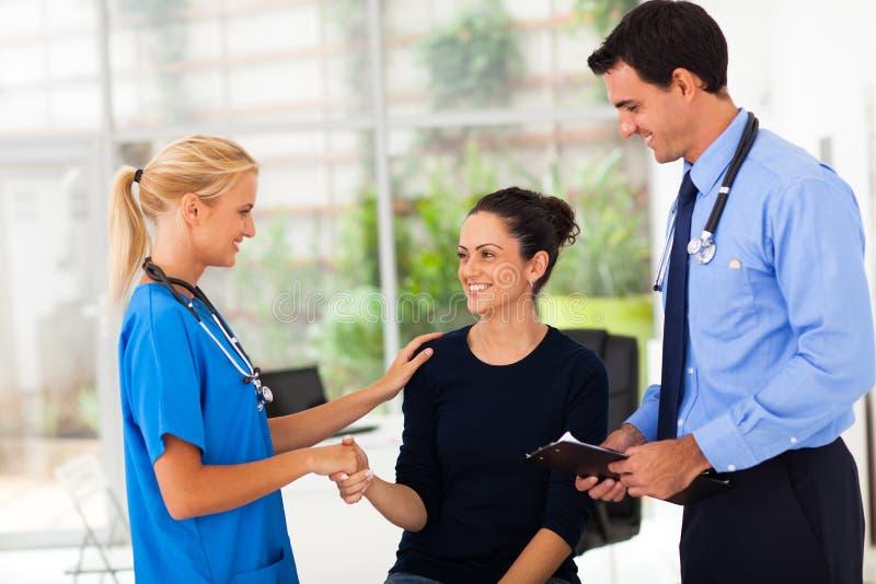 Kobiety handshaking pielęgniarka obraz stock