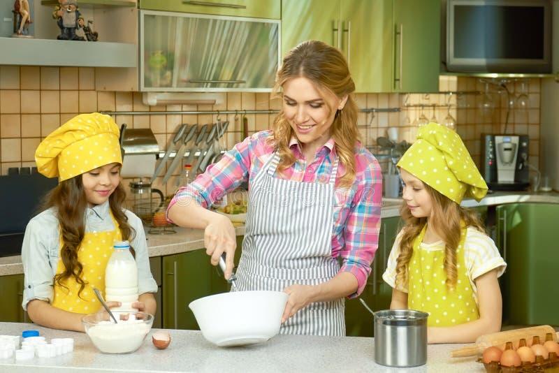 Kobiety i dzieciaków gotować zdjęcia stock