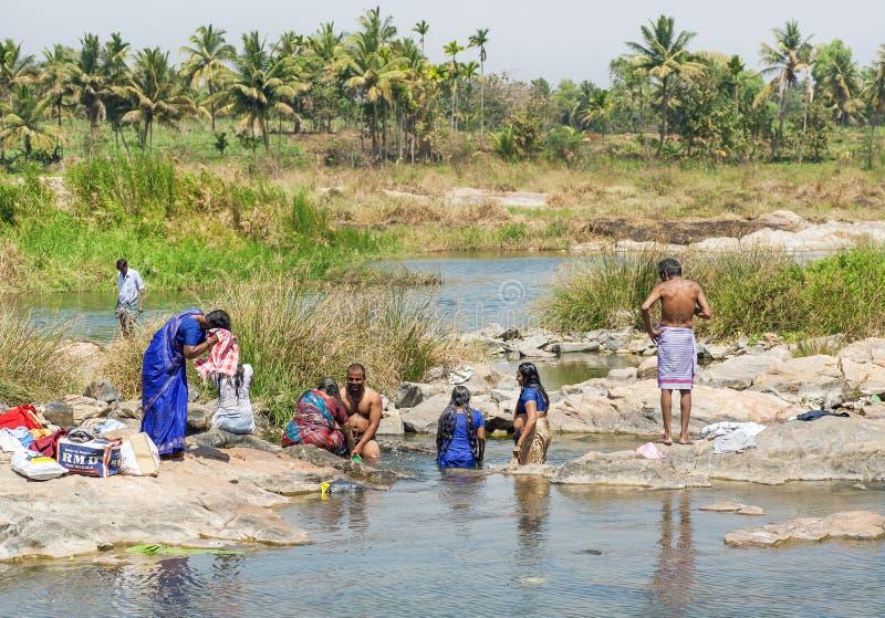 Kobiety i mężczyzna kąpać odzieżowego w rzece i myją blisko Indiańskiej wioski fotografia royalty free