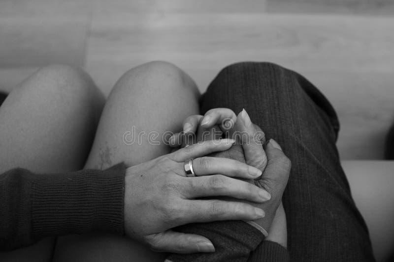 Kobiety i mężczyzna mienia ręki z pierścionkami zdjęcie royalty free